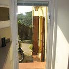 Porta in alluminio bicolore effetto legno, veneziana incorporata [10]