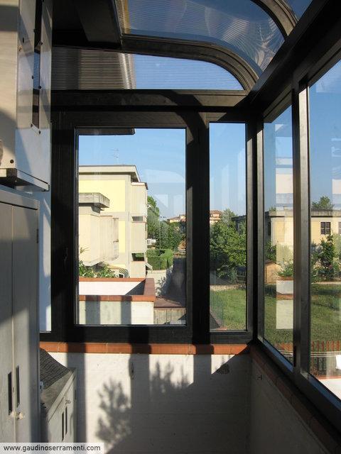 Veranda in alluminio ossidato nero, tetto curvo in policarbonato a doppia parete [3]