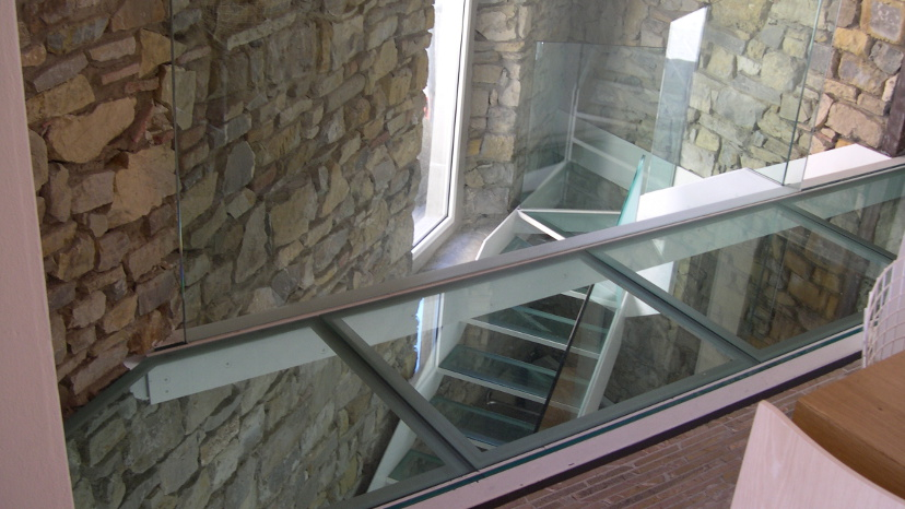 Scala e ballatoio in acciaio e vetro (Panzano in Chianti, Firenze)