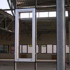 Finestra inserita nella facciata in fase di montaggio