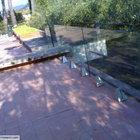 Parapetto in vetro strutturale con supporti in acciaio inox [1]
