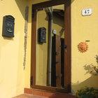 Porta in alluminio bicolore effetto legno, veneziana incorporata [11]